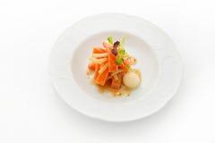 盘美食 在白色背景的熏制鲑鱼 库存图片