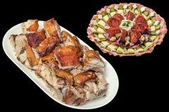 满盘食家新近地吐烤猪肉肉切片和在黑背景隔绝的塞尔维亚开胃菜美味盘 图库摄影