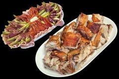 满盘食家新近地吐烤猪肉肉切片和在黑背景隔绝的塞尔维亚开胃菜美味盘 免版税库存照片