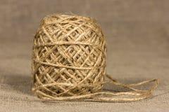 盘绕入球的黄麻毛线 免版税库存图片