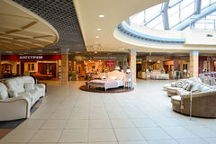 盛大内部家具的商业区 家具盛大的商城-最大的名牌货商店 免版税库存照片