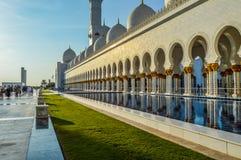 盛大和壮观的扎耶德回教族长清真寺在阿布扎比阿拉伯联合酋长国 免版税库存图片