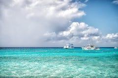 盛大土耳其人,特克斯和凯科斯群岛- 2015年12月29日:快速汽艇在多云天空的绿松石海 在田园诗海景的小船 WA 免版税库存图片