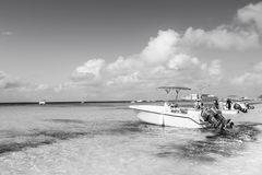 盛大土耳其人,特克斯和凯科斯群岛- 2015年12月29日:汽船和人海海滩的 在晴朗的快速汽艇 免版税库存照片