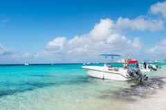 盛大土耳其人,特克斯和凯科斯群岛- 2015年12月29日:汽船和人海海滩的 在晴朗的海景的快速汽艇 Trave 库存图片