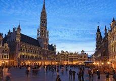 盛大地方格罗特Markt是中世纪布鲁塞尔中心广场  在日落期间的美丽的景色在春天 全部安排 图库摄影