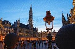 盛大地方格罗特Markt是中世纪布鲁塞尔中心广场  在日落期间的美丽的景色在春天 比利时 布鲁塞尔 库存图片