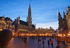 盛大地方格罗特Markt是中世纪布鲁塞尔中心广场  在日落期间的美丽的景色在春天 免版税库存图片