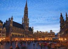 盛大地方格罗特Markt是中世纪布鲁塞尔中心广场  在日落期间的美丽的景色在春天 免版税库存照片