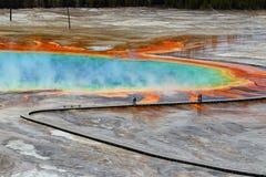 盛大多彩春天的木板走道从附近的小山,中途喷泉水池,黄石国家公园 图库摄影
