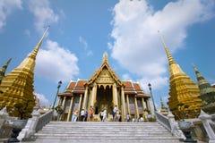 盛大宫殿和鲜绿色菩萨在泰国 图库摄影