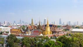盛大宫殿和绿宝石菩萨寺庙鸟瞰图在曼谷 免版税库存照片