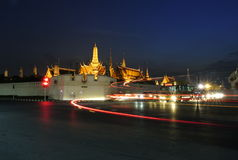 盛大宫殿在晚上 库存照片