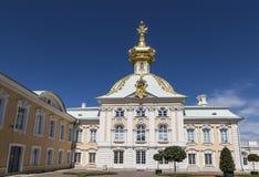 盛大宫殿纹章住房在Peterhof 圣彼德堡, 免版税库存图片
