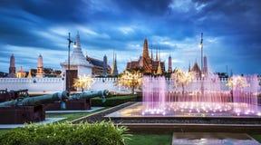 盛大宫殿&鲜绿色菩萨寺庙,曼谷,泰国 图库摄影