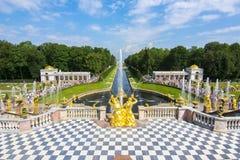 盛大小瀑布和喷泉胡同在Peterhof,圣彼德堡,俄罗斯 免版税库存图片
