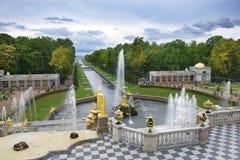 盛大小瀑布和海运河在Peterhof,圣彼得堡,俄罗斯 免版税库存照片