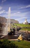 盛大小瀑布和运河在Peterhof,圣彼德堡,俄罗斯 免版税库存照片