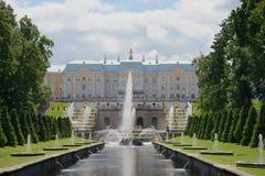 盛大小瀑布喷泉和盛大宫殿7月下午的看法 peterhof 图库摄影