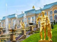 盛大小瀑布在Peterhof宫殿,圣彼得堡,俄罗斯 免版税库存图片