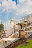 盛大小瀑布在Peterhof,圣彼德堡,俄罗斯 库存图片
