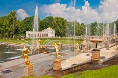 盛大小瀑布在Peterhof,圣彼德堡,俄罗斯 库存照片