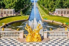 盛大小瀑布在Peterhof,圣彼德堡 免版税库存图片