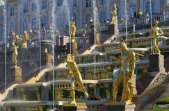 盛大小瀑布的喷泉的片段在Petrodvorets 免版税库存图片