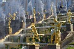 盛大小瀑布的片段在Peterhof 圣彼德堡 库存照片