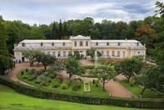 盛大橘园和氚核喷泉在Peterhof,圣彼德堡 免版税库存照片