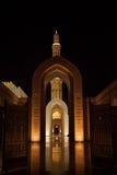 盛大清真寺在夜之前在马斯喀特,阿曼 图库摄影