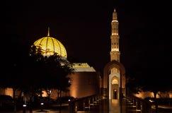 盛大清真寺在夜之前在马斯喀特,阿曼 免版税图库摄影