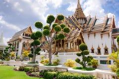 盛大王宫(Phra Borom玛哈Ratcha Wang)有盆景tre的 库存照片