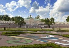 盛大Menshikov宫殿和风景停放2013年6月13日在Oranienbaum,俄罗斯 图库摄影