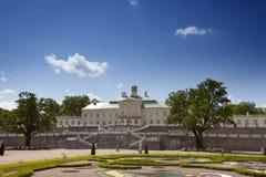 盛大Menshikov宫殿和风景停放2013年6月13日在Oranienbaum,俄罗斯 库存照片