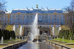 盛大Peterhof宫殿和喷泉有镀金的雕象spr的 图库摄影