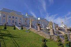 盛大Peterhof宫殿和盛大小瀑布在圣彼德堡,俄罗斯 免版税库存照片