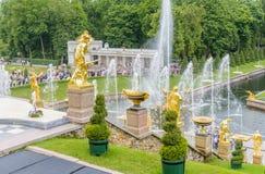 盛大Peterhof宫殿和盛大小瀑布,圣彼得堡, R 库存图片