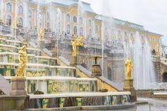盛大Peterhof宫殿和盛大小瀑布,圣彼得堡, R 免版税库存照片