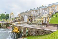 盛大Peterhof宫殿和盛大小瀑布,圣彼得堡, R 库存照片