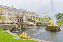 盛大Peterhof宫殿和盛大小瀑布,圣彼得堡, R 图库摄影