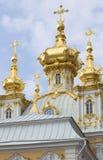 盛大Peterhof宫殿的彼得和保罗教会的圆顶 彼得斯堡圣徒 免版税图库摄影