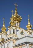 盛大Peterhof宫殿的彼得和保罗教会的圆顶 免版税库存照片