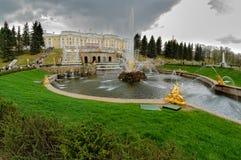 盛大Peterhof宫殿,喷泉小瀑布 俄国 图库摄影