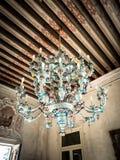盛开的玻璃古色古香的枝形吊灯  免版税库存图片