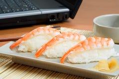 盛肉盘大虾寿司 图库摄影