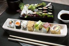 盛肉盘寿司卷 图库摄影