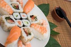 盛肉盘寿司 图库摄影