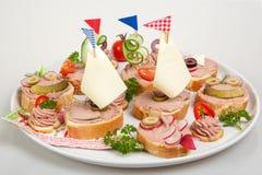 盛肉盘用三明治用头脑和菜 免版税库存照片