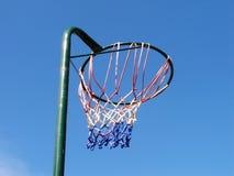 目标少女玩的篮球赛 免版税库存图片